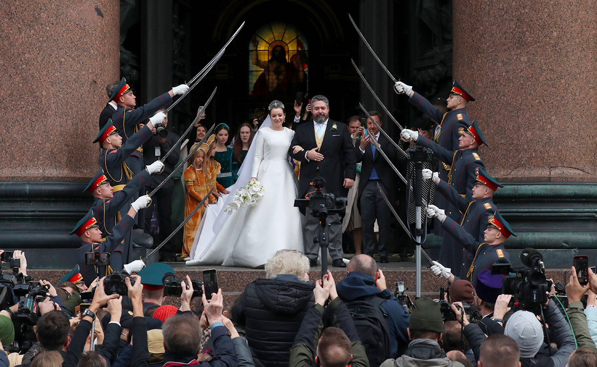 Recém-casados e o arco do sabre