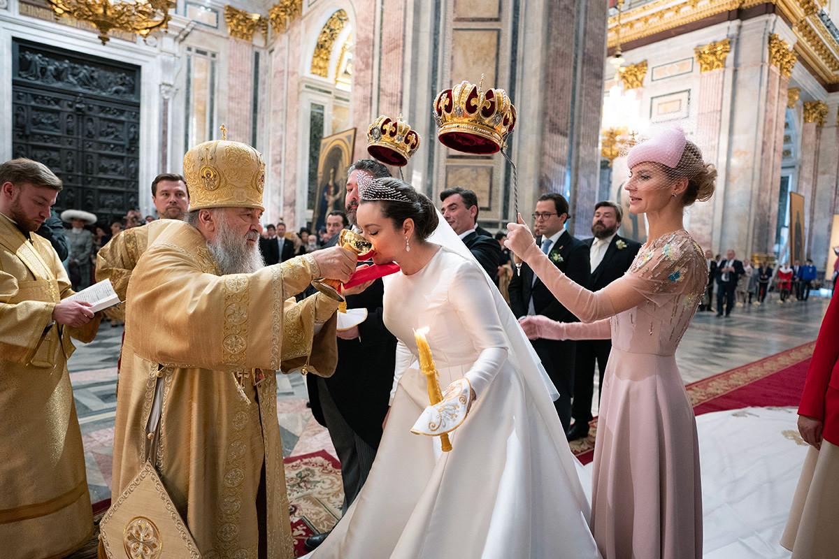 Gli sposi sotto le corone sospese