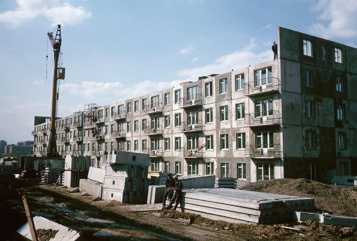「フルシチョフカ」の建設作業、1964年