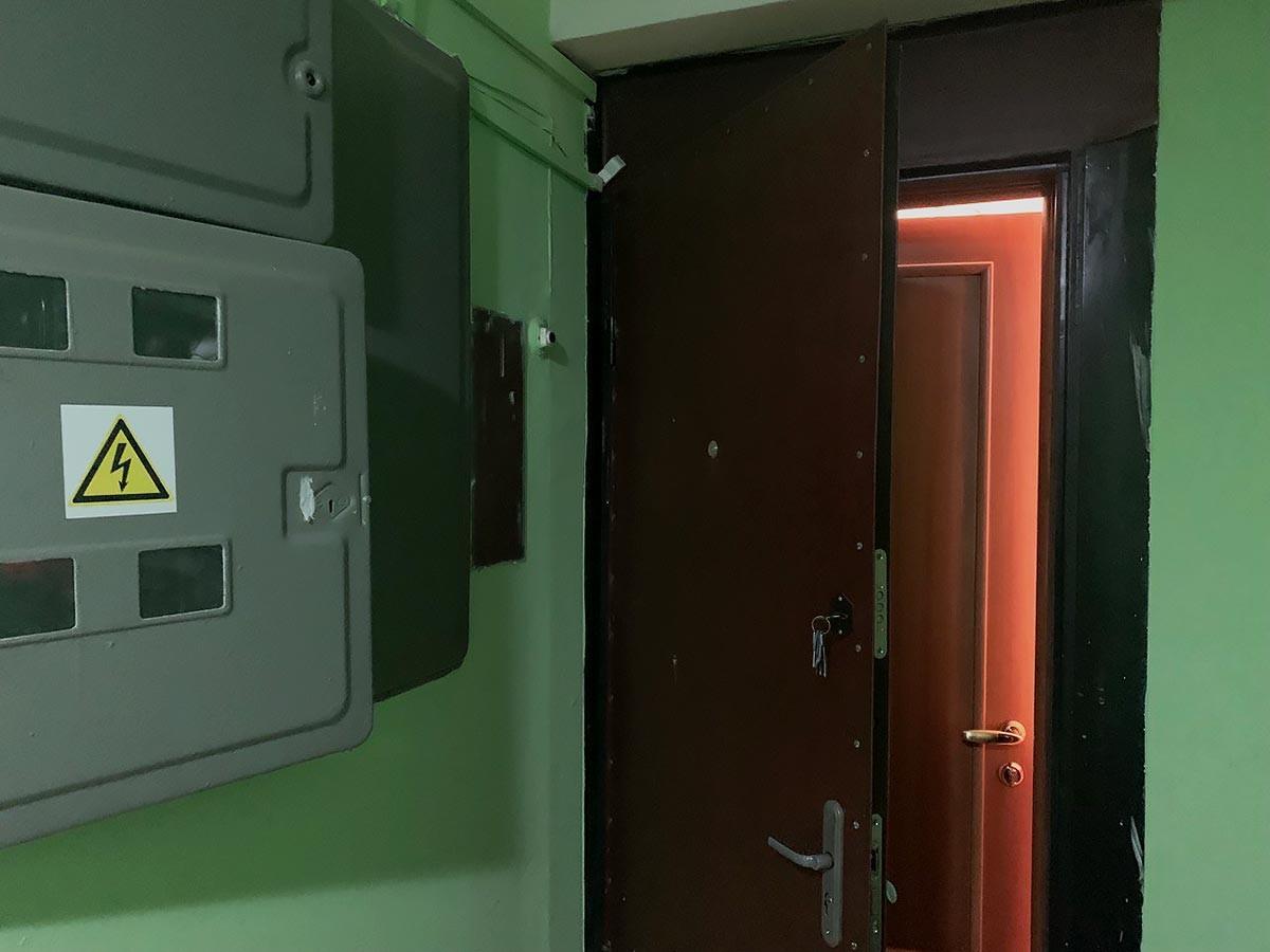 ロシアのアパートの2つのドア