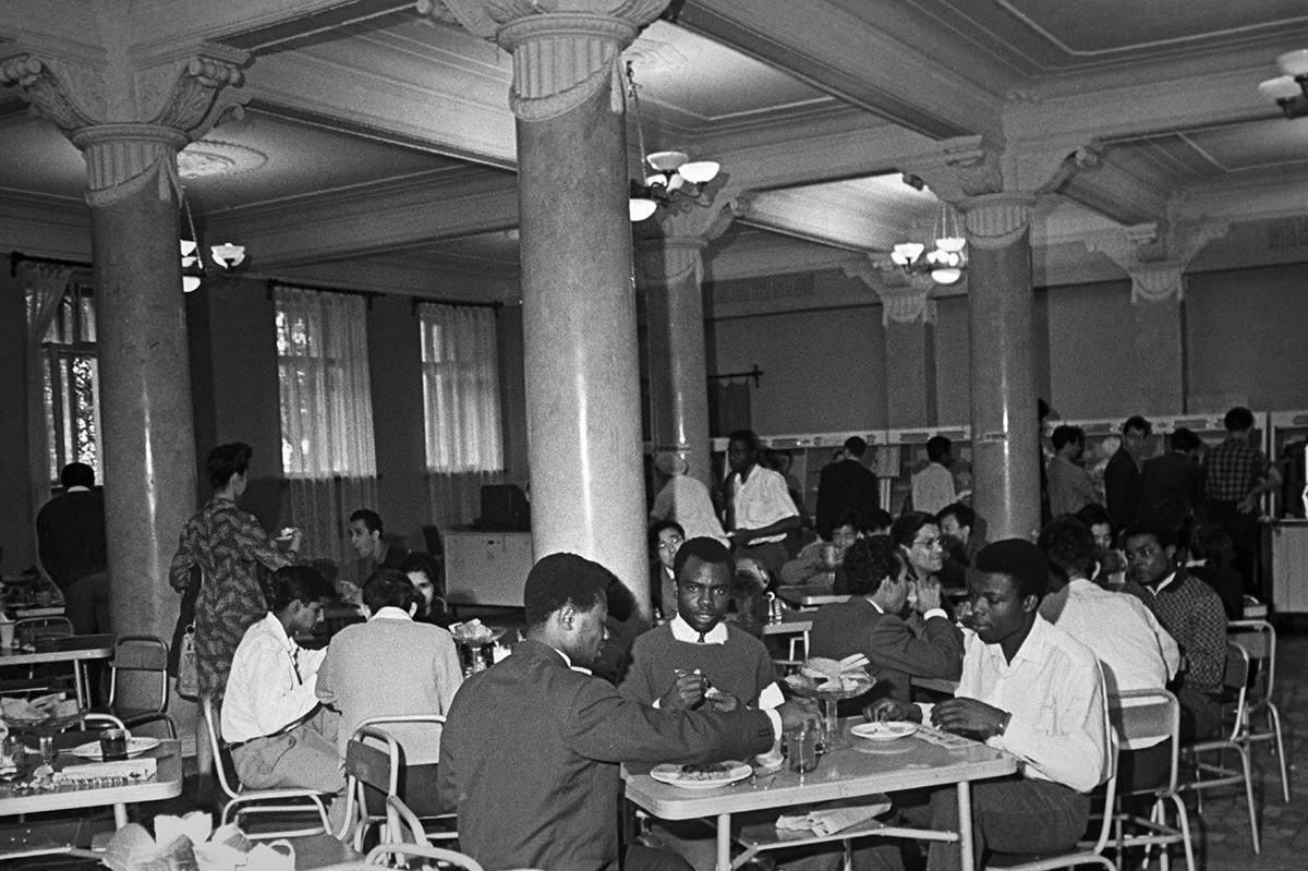 À la cafétéria universitaire de l'Université Patrice Lumumba (aujourd'hui Université de l'Amitié des Peuples), à Moscou