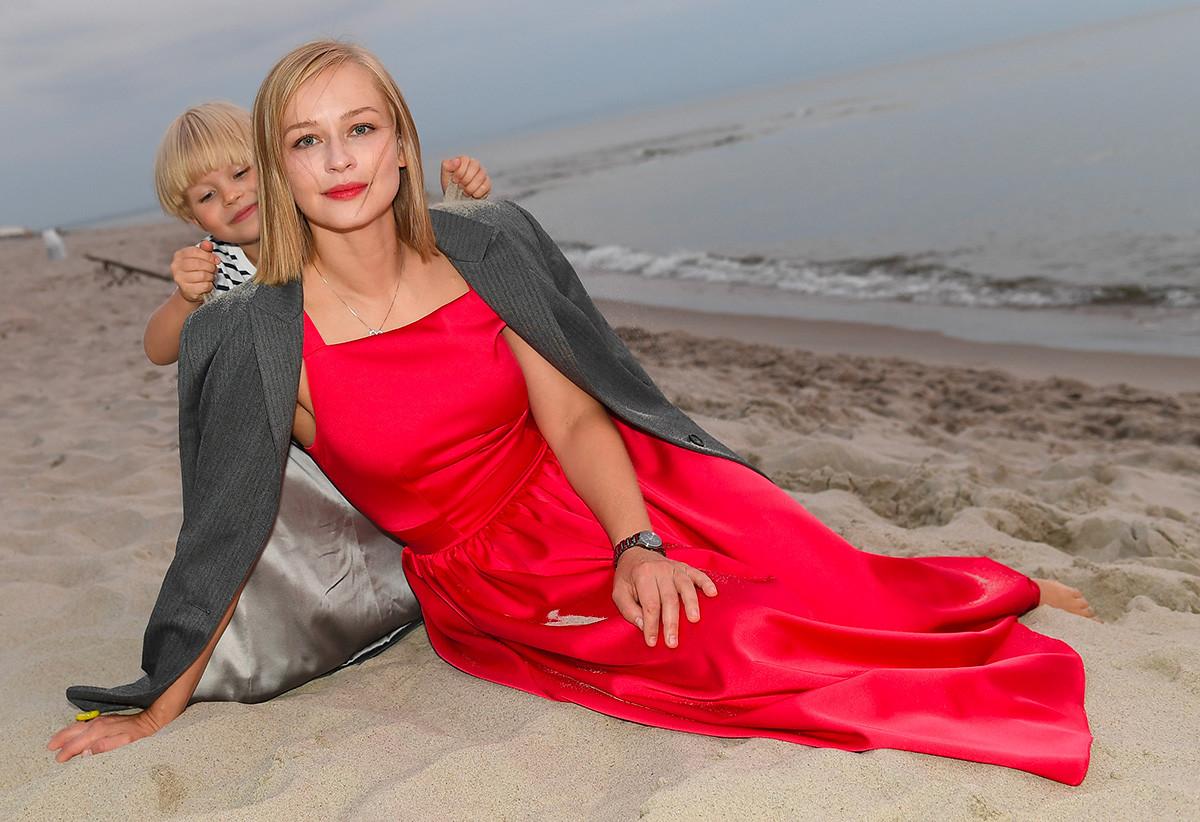 Актрисата Юлия Пересилд и дъщеря ѝ Мария на фотосесия на брега на Балтийско море в рамките на фестивала за късометражно кино