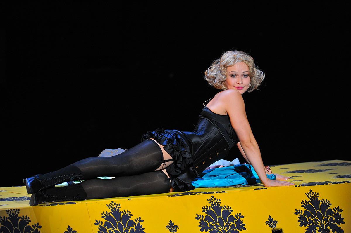 Актрисата Юлия Пересилд в ролята на Вдовицата в сцена от пиесата