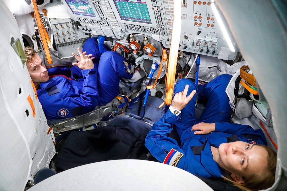 Актрисата Юлия Пересилд и режисьорът на филма Клим Шипенко тренират в симулатор на космическия кораб