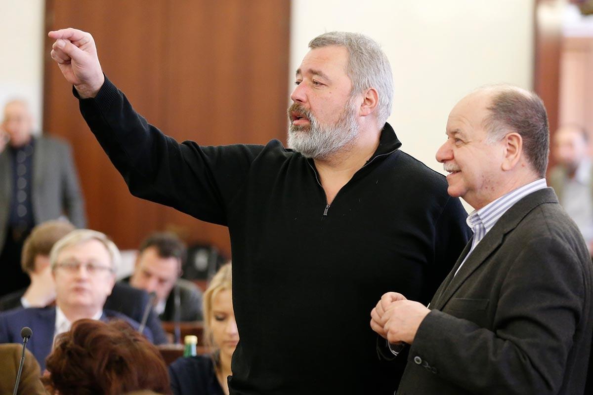 Il caporedattore di Novaja Gazeta Dmitrij Muratov (a sinistra) e il culturologo Daniil Dondurei