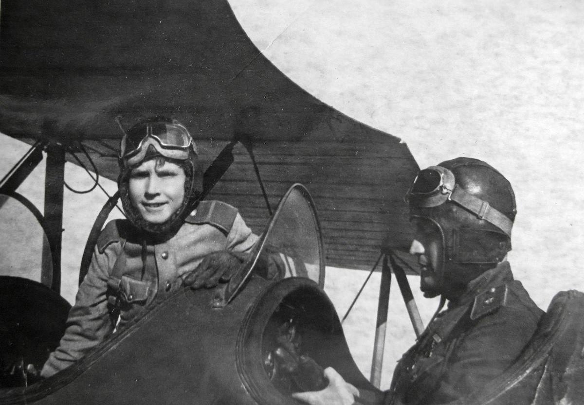 Николай Каманин с Аркадием в самолете По-2.