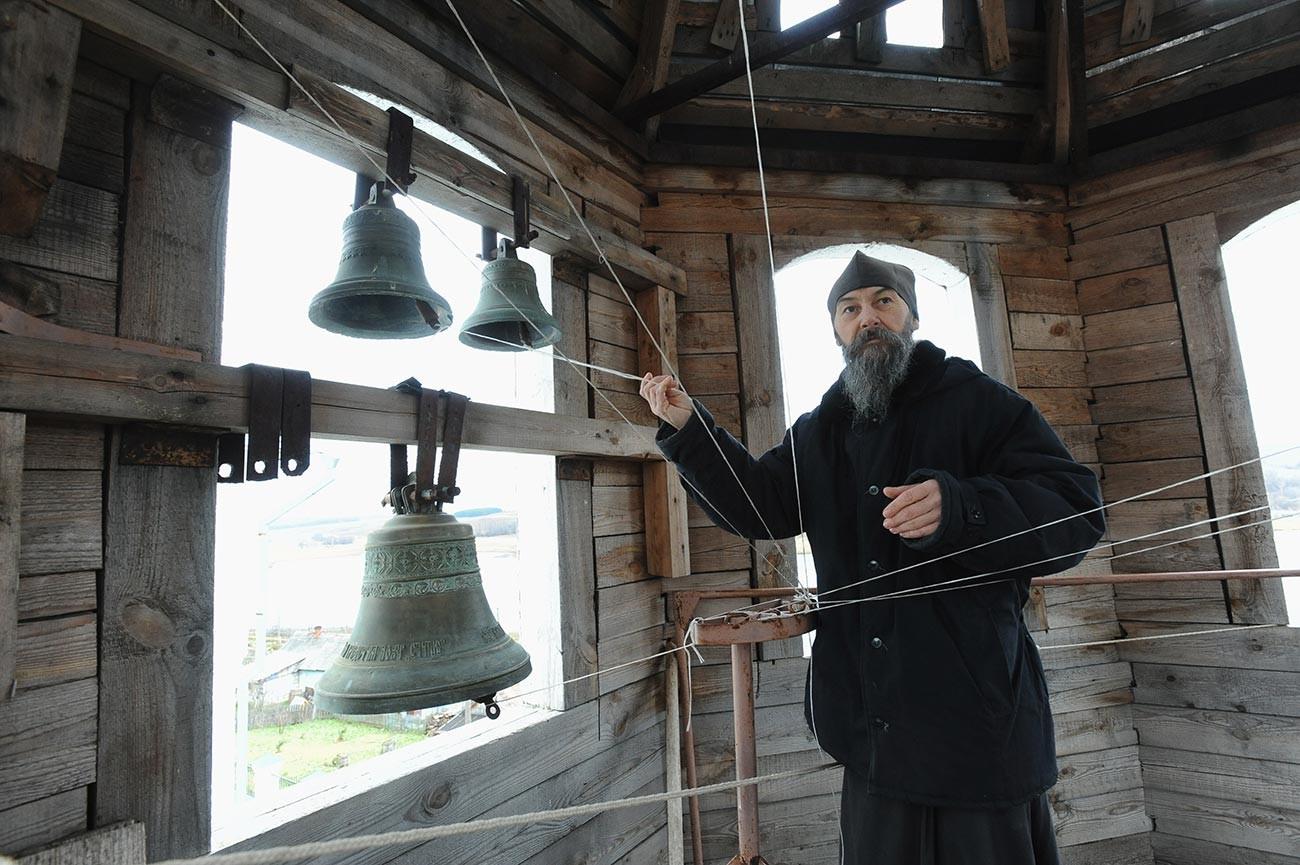 Звонарь Свято-Успенского Космина мужского монастыря монах Андрей