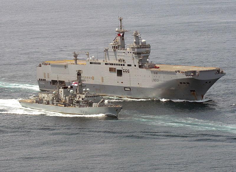 FS Mistral francés frente a la costa de África Occidental, junto a una fragata de tipo 23.