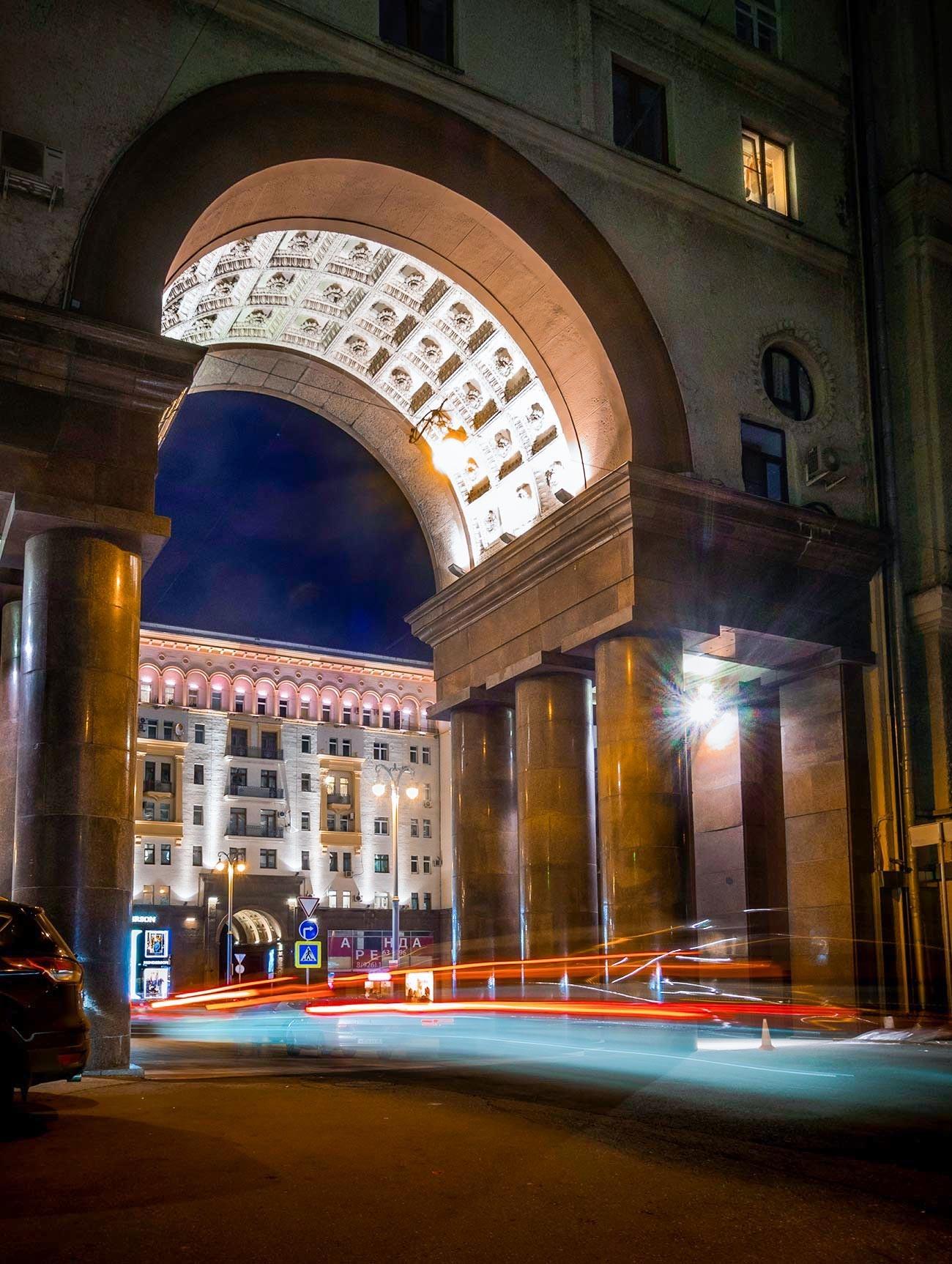 Russland, Moskau. Der Eingang zur Brusow-Gasse von der Twerskaja-Straße.