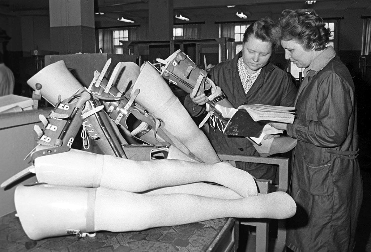 Работники протезного цеха протезно-ортопедического предприятия проверяют протезы нижних конечностей.