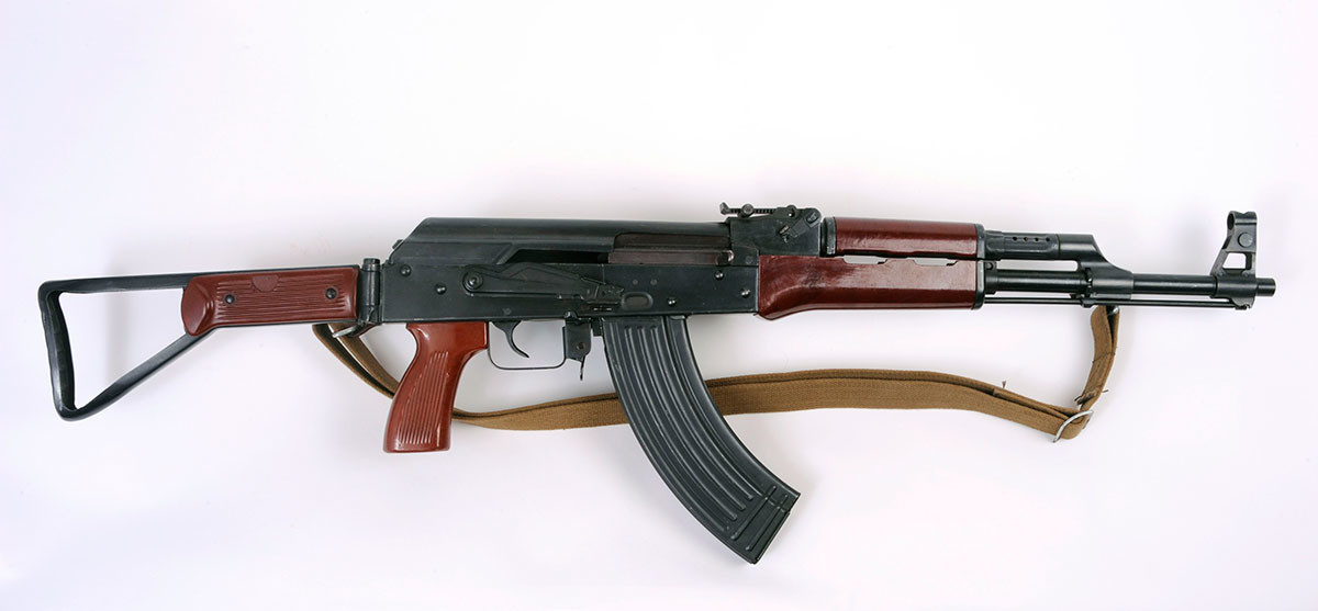 Senapan Serbu Tipe 56-2 buatan Tiongkok. Senjata ini dibuat berdasarkan pola senjata Kalashnikov dan diekspor secara luas.