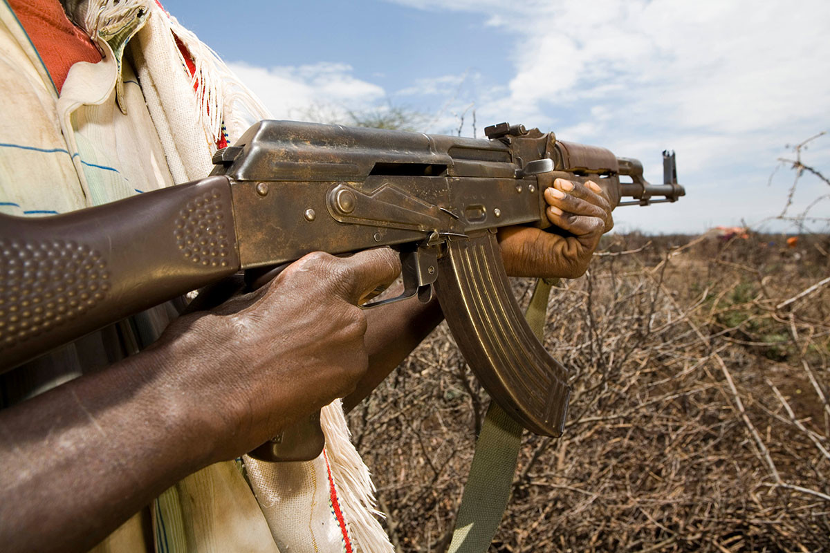 Warga Etiopia dipersenjatai senapan AK untuk melindungi ternak mereka.