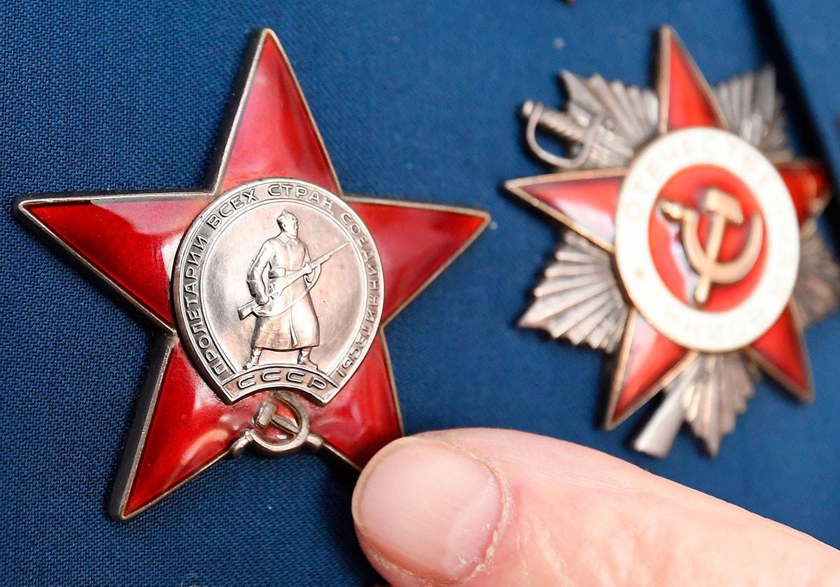 'Orde Bintang Merah' dan 'Orde Perang Patriotik' (kanan) dari veteran Perang Patriotik Alexey Dmitrievich Samokhin.