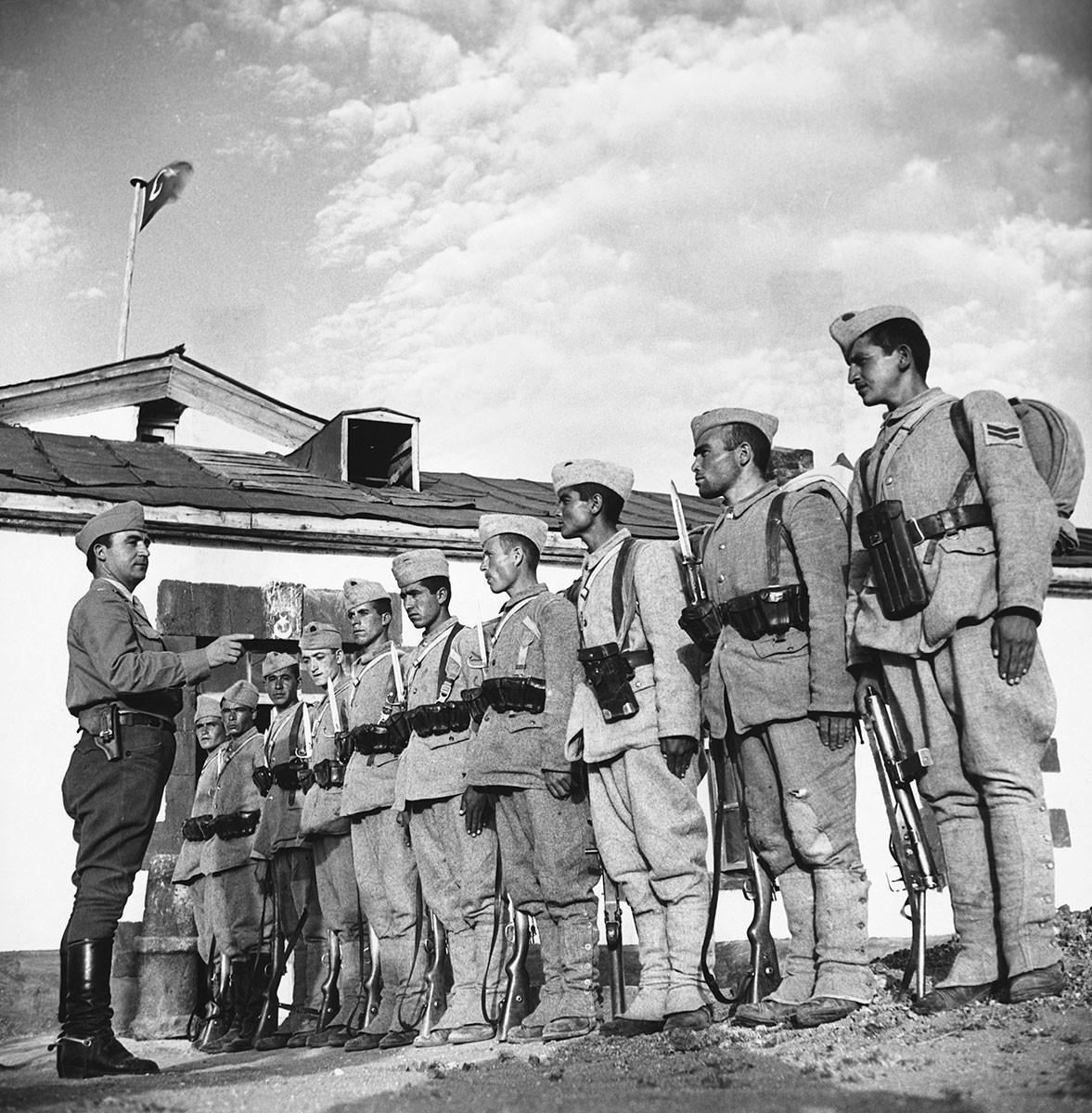 Un officier et des soldats turcs à la frontière soviéto-turque