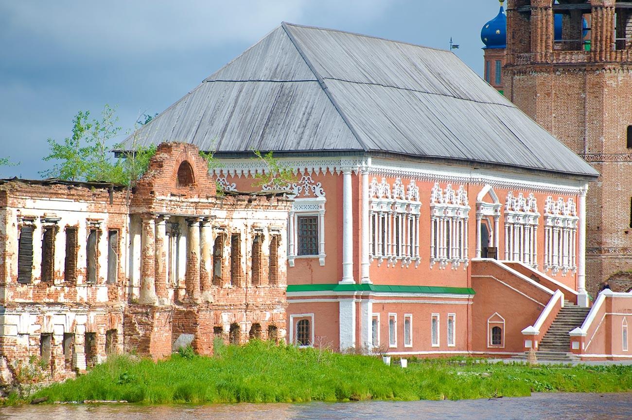 Oussolié. Quai de la rivièreKama. De gauche à droite : manoir Abamalek-Lazarev, chambres Stroganov, clocher de la cathédrale de la Transfiguration