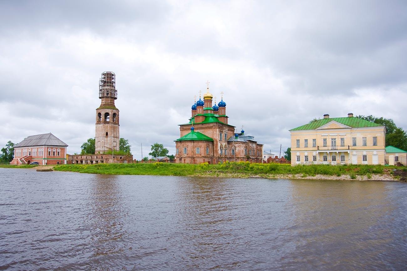 Oussolié. Ensemble central, vue depuis la rivière Kama. De gauche à droite : chambres Stroganov, clocher et cathédrale de la Transfiguration, manoir Golitsyne