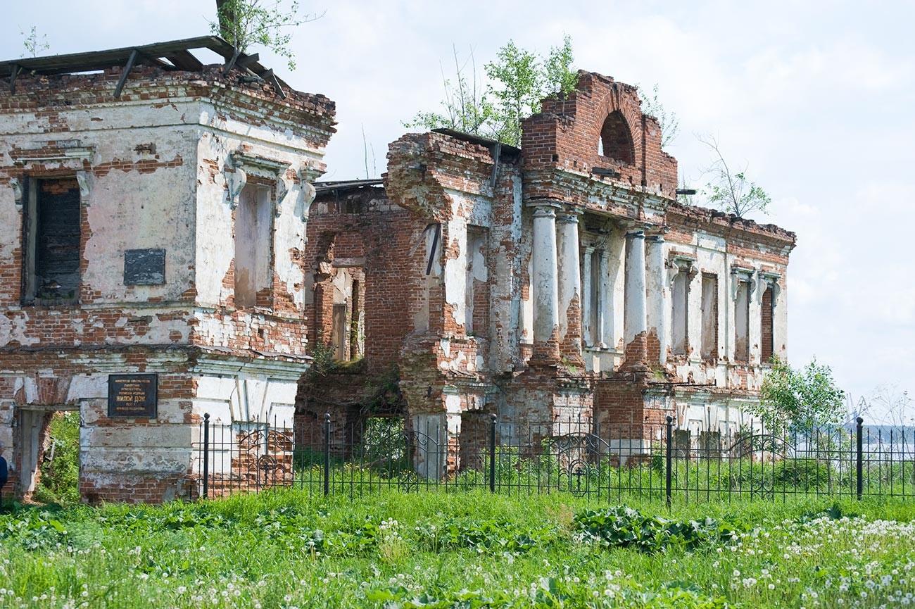 Ruines du manoir Abamalek-Lazarev, vue sur la cour