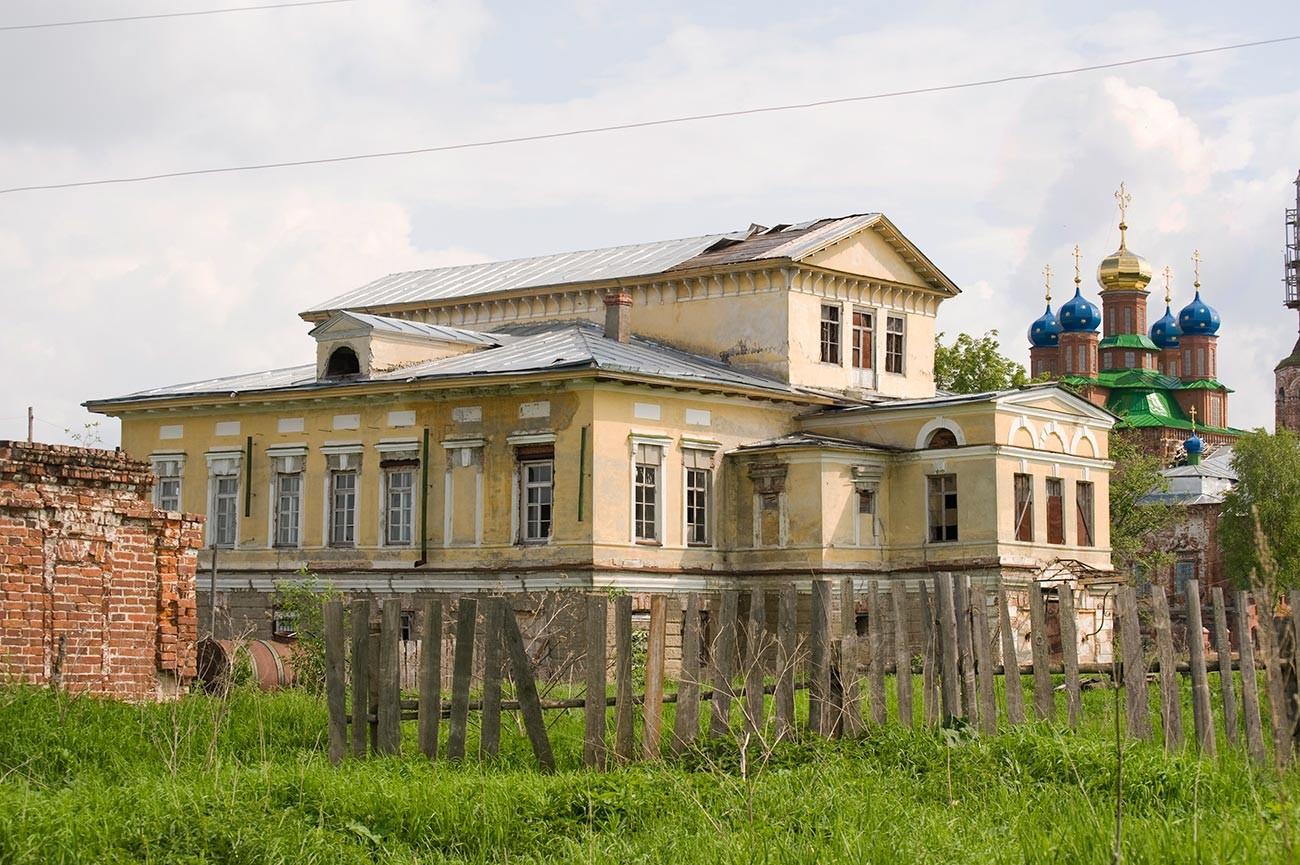 Oussolié. Maison Stroganov, vue sur la cour. Arrière-plan : cathédrale de la Transfiguration