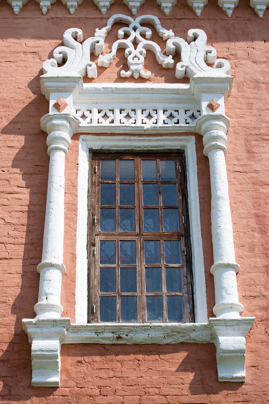 Chambres Stroganov.Façade principale, encadrement de fenêtre décoratif.