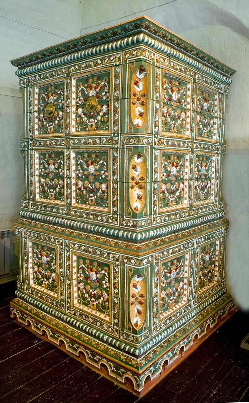 Chambres Stroganov. Hall principal, poêle en céramique restauré à partir de fragments d'origine