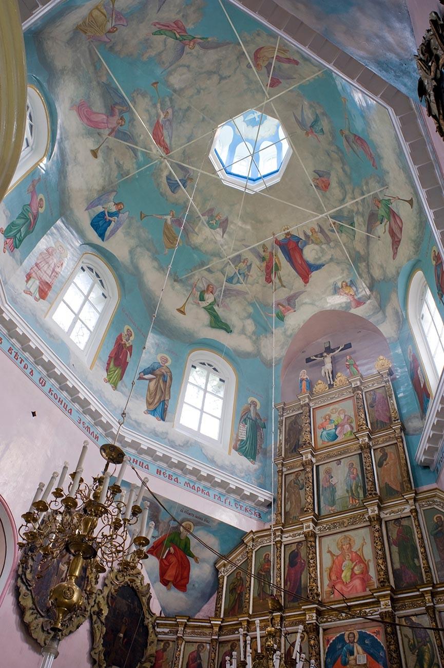 Oriol. Église de la louange de la Vierge. Intérieur avec iconostase et plafond octogonal peint