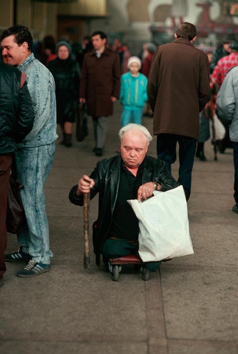 Un signore disabile in un mercato di Novokuznetsk, in Siberia