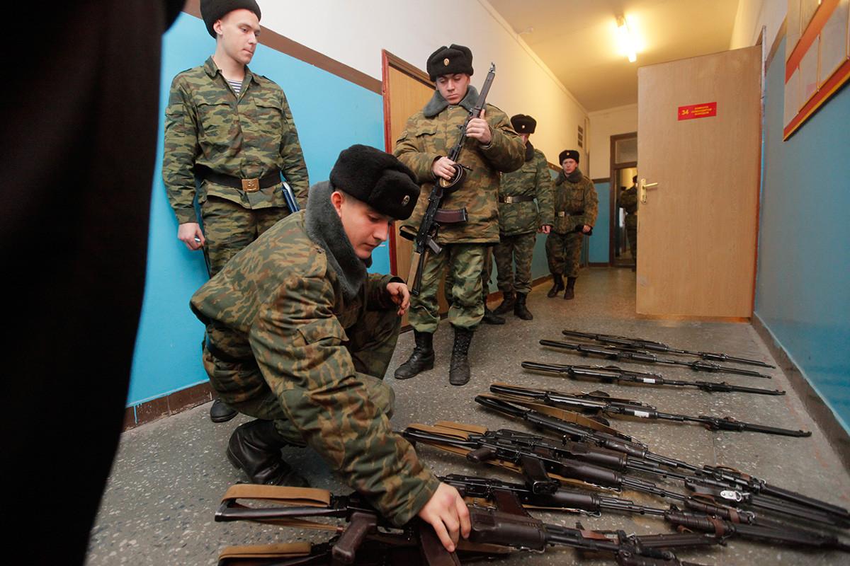 Pred usposabljanjem rokovanja z orožjem v eni od kasarn na Baltiku, kjer so nastanjeni pripadniki mornariške pehote Baltske flote.