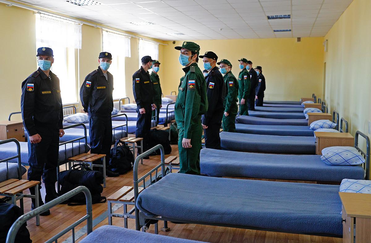 Naborniki v kasarni pred nastopom služenja vojaškega roka v Kaliningradu