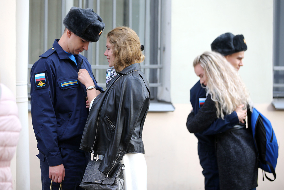 Naborniki v Sankt Peterburgu med slovesom od svojih družin pred nastopom služenja vojaškega roka