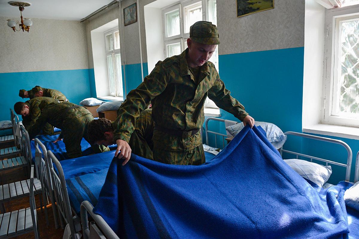 Pripadniki vojaške rezerve med opravljanjem del v kasarni v Novosibirsku