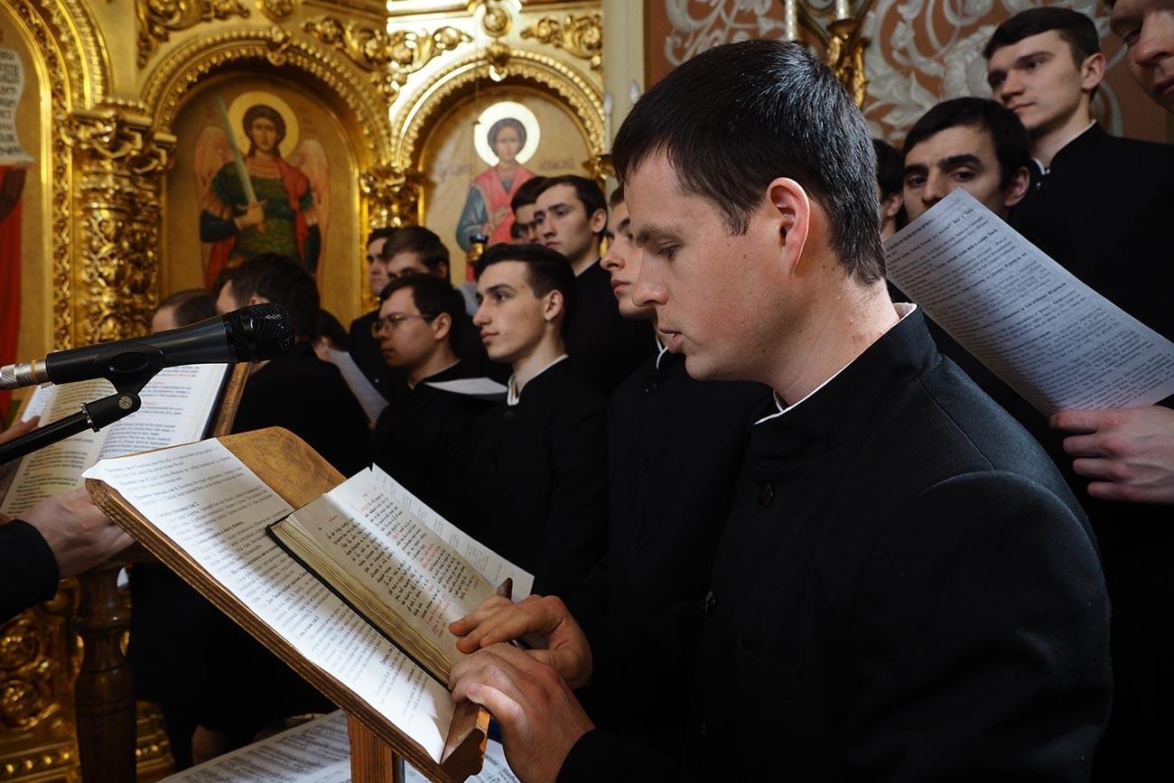 Učenci Jekaterinodarskega semenišča v Krasnodarju med službo svetega pokrova