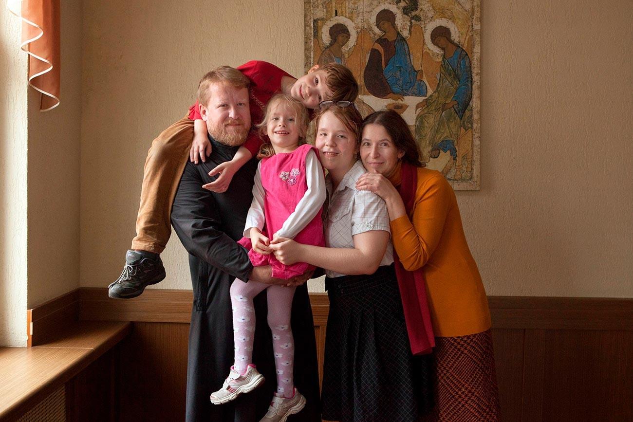 Диакон московской Церкви Космы и Дамиана Александр Константинов с семьей
