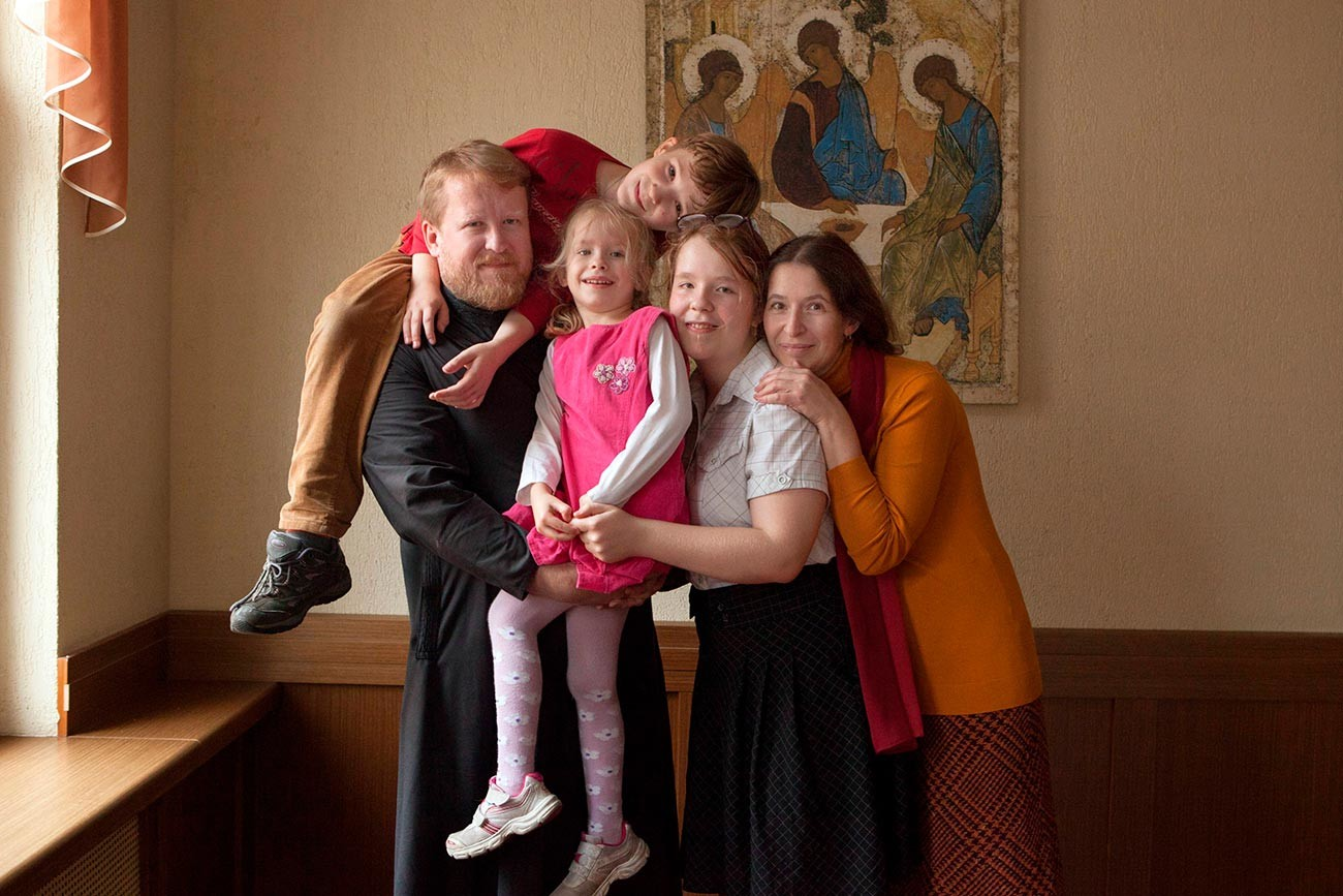Priest of Moscow's St. Cosma and Damian Church with family