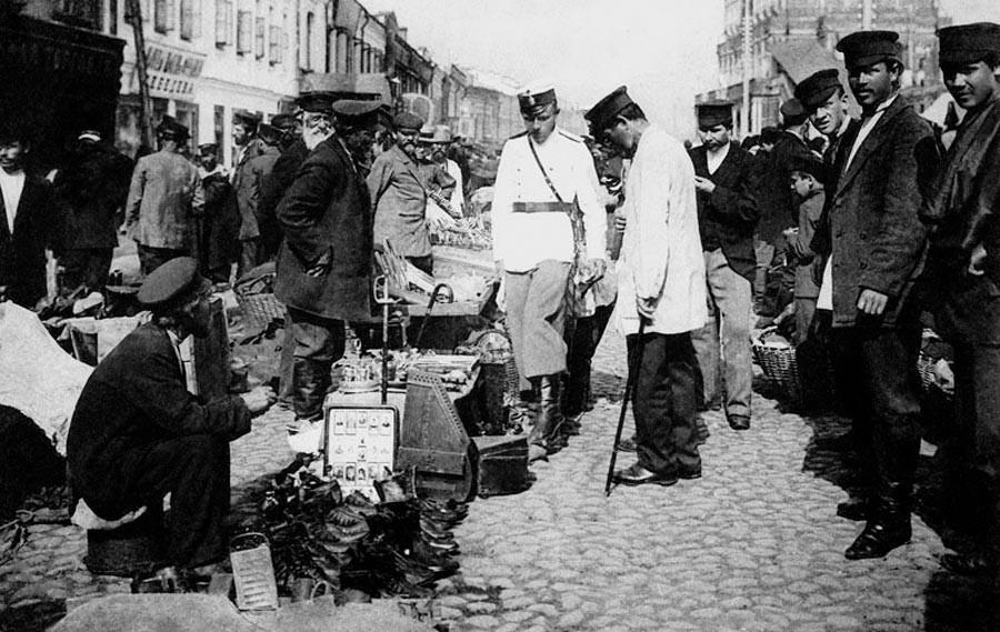 На Сухаревском рынке. Полицейские в одном из торговых рядов, 1900-1909 гг.