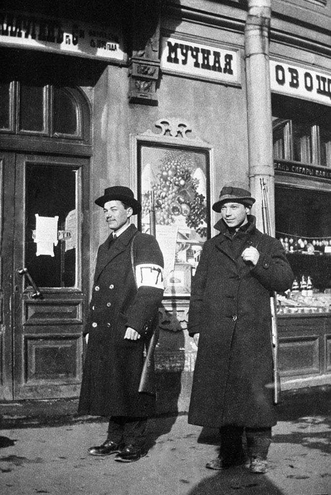 Сотрудники городской милиции на Каменноостровском проспекте. 2 апреля 1917 года.
