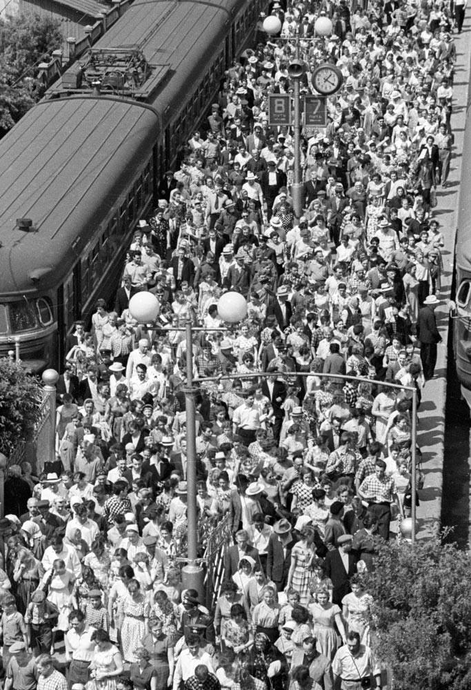 Пассажиры на платформе Ярославского вокзала, 1961. В таких толпах карманникам настоящее раздолье – и