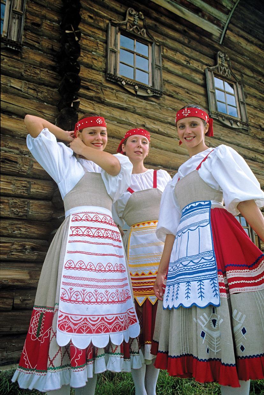 Des jeunes femmes en costumes traditionnels caréliens.n