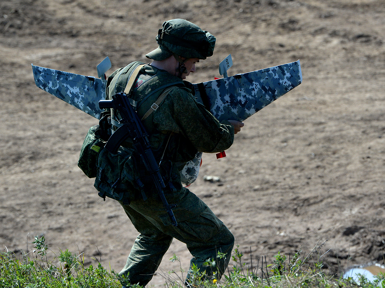 A Russian serviceman prepares to launch a drone during the Indra 2016 joint Russian-Indian military exercise at Sergeyevsky base. Source: Vitaliy Ankov/RIA Novosti