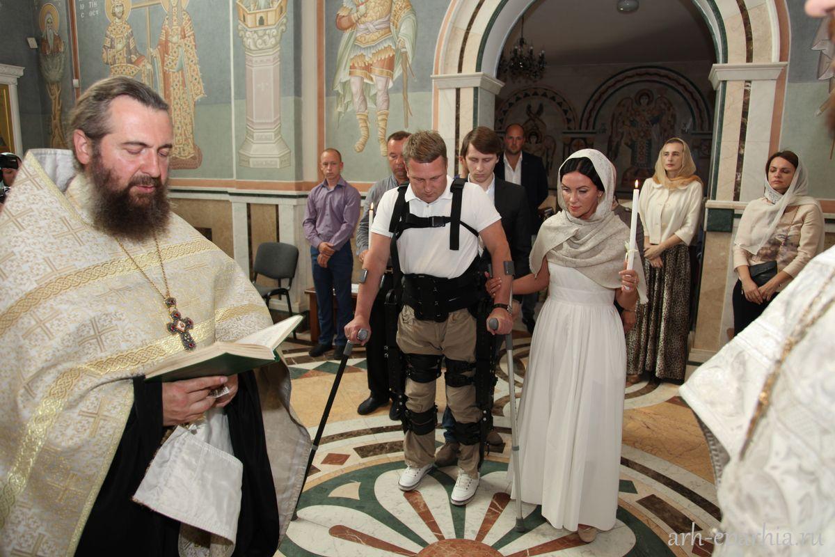 Homem com primeiro exoesqueleto russo se casa em Arkhanguelsk width=