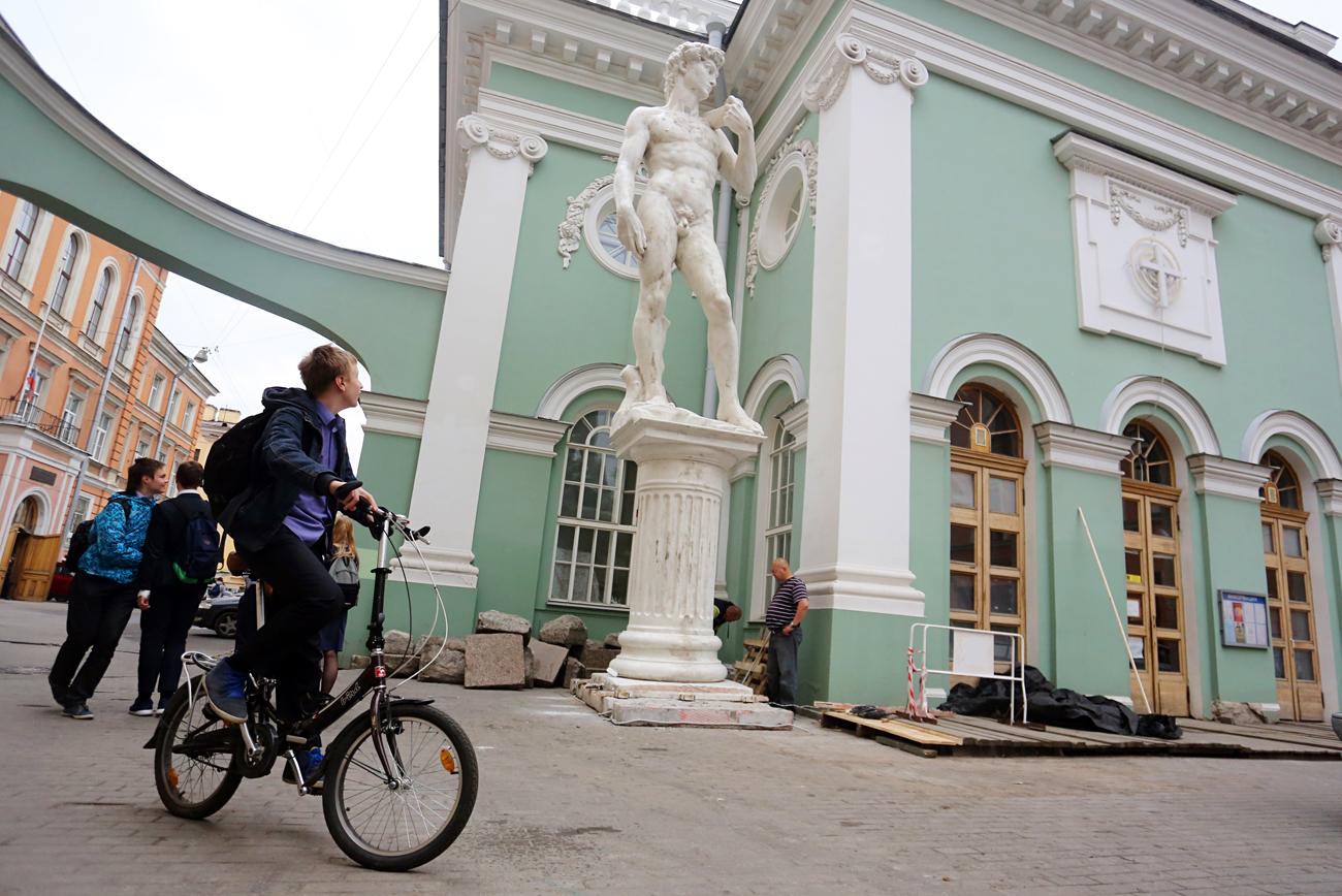 Após críticas, réplica de David é coberta em São Petersburgowidth=
