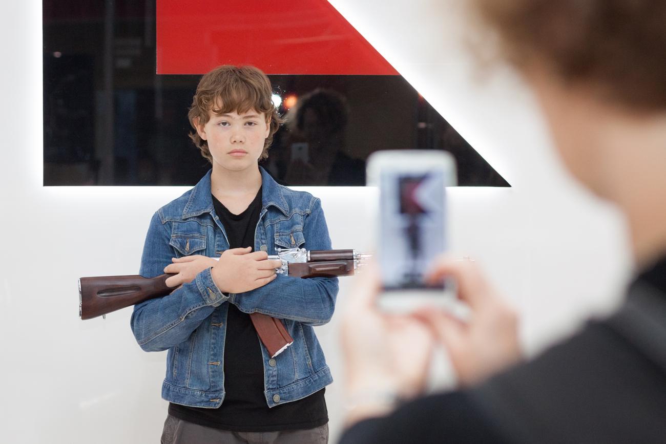 Loja da Kalashnikov em aeroporto moscovita gera polêmica width=