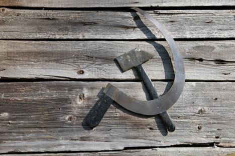 A foice e o martelo: o místico emblema do país dos sovietes width=