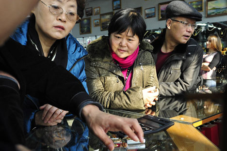 Chinese tourists exchanging yuan for rubles. Source: TASS