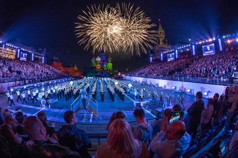 Espectacular final del festival de música militar en la Plaza Roja