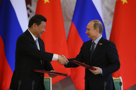 Rusia y China firman importantes acuerdos económicos en rublos y yuanes