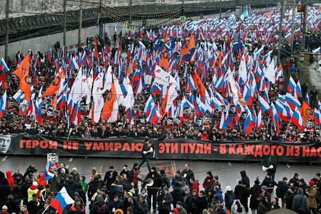 Zehntausende kamen zu einem Trauermarsch in Moskau zusammen. Foto: AP