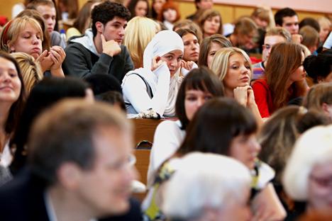 Pada 2013, penggunaan jilbab dilarang di Universitas Negeri Ekonomi, Statistika, dan Informatika Moskow. Saat itu, rektor universitas mengambil keputusan tersebut untuk menjamin keamanan para pelajarnya. Tak lama kemudian, tindakan serupa juga diambil oleh beberapa universitas negeri di Volgograd, Astrakhansk, dan Rostov. Bahkan, di Universitas Negeri Mordovia pernah terjadi insiden pengusiran mahasiswi berjilbab pada jam kuliah. Sumber: PhotoXPress