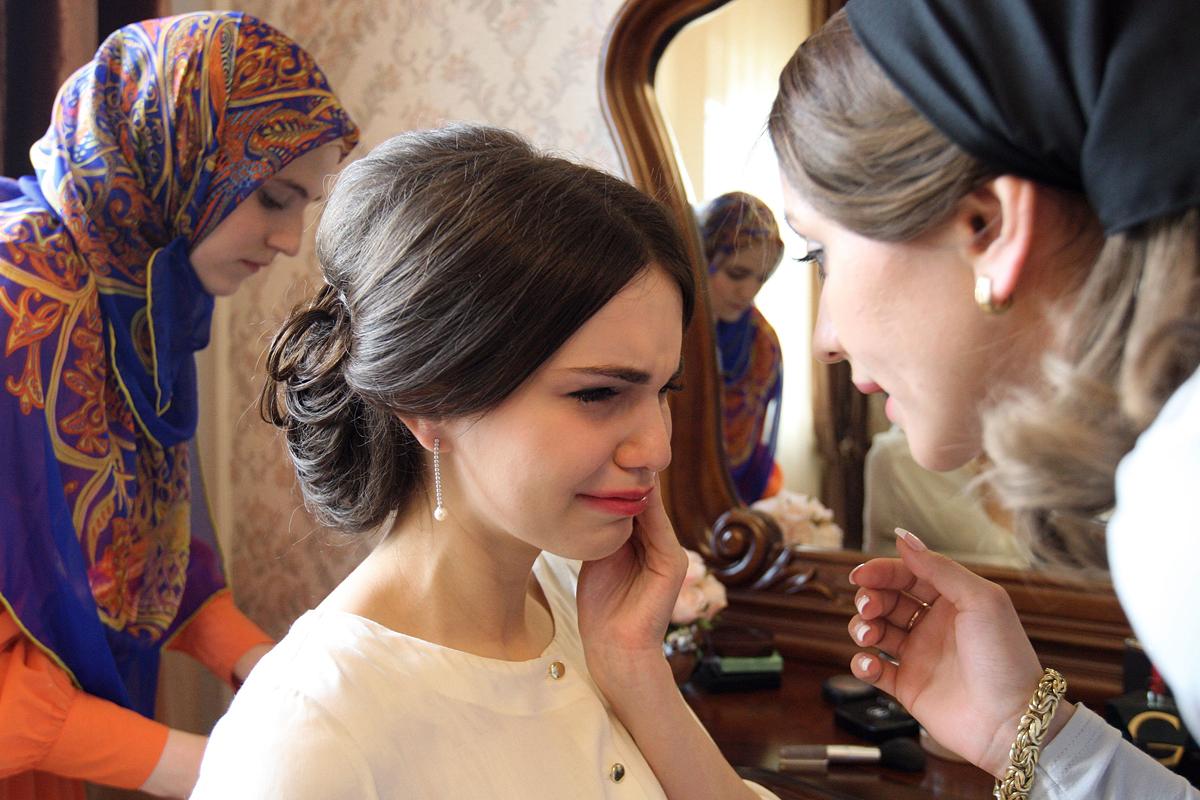 Pernikahan tradisional Chechen di kota Grozniy. Dalam foto ini, sang mempelai wanita sedang melakukan persiapan di rumah orangtuanya di desa Achkhoy-Martan sebelum acara pernikahan dimulai. Sumber: Said Tsarnaev/RIA Novosti