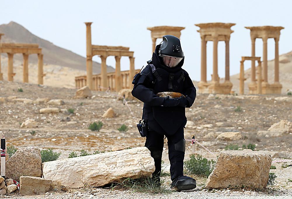 Cosu00ec gli sminatori russi ripuliscono Palmira