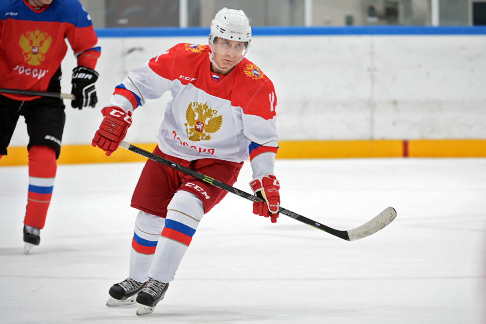 Wladimir Putin bei einem Spiel der Nacht-Eishockey-Liga in Krasnaja Poljana.\n